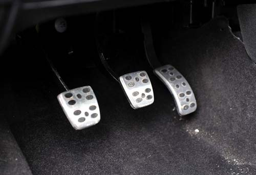 First difference :metal accelerator pedal,First, of course, visual effect is better,Second, better in antiskid effect