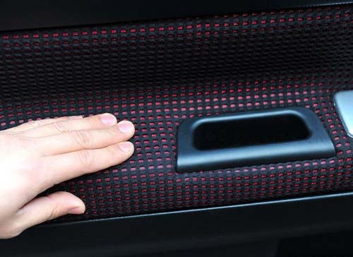 The second difference: Door panel and seats are used black and red color assortment of grid material, the visual effect is very good, also increases the coefficient of friction