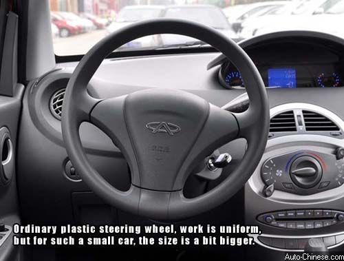 Ordinary plastic steering wheel, work is uniform, but for such a small car, the size is a bit bigger.