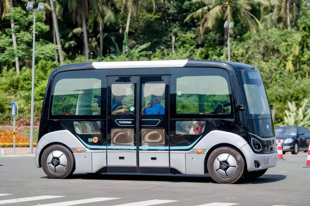 "No Cockpit and Steering Wheel, Yutong L4 Automatic Driving Bus ""Xiaoyu"" on Road Trial"